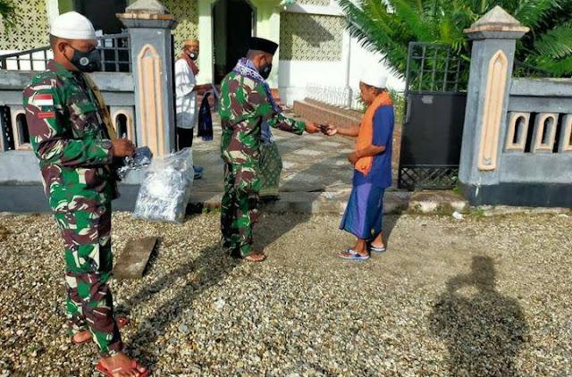 TNI Gandeng Pemdes Waelikut Bagi Masker Gratis