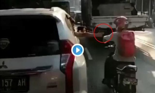 Viral! Pengendara Mobil Todongkan Benda Diduga Pistol di Solo, Ini Videonya