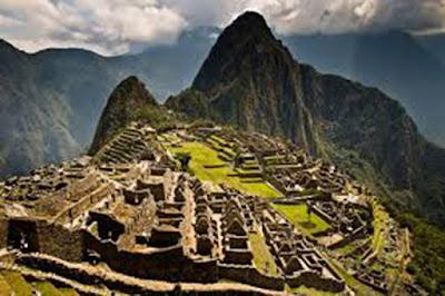 Sejarah Negara Peru    Peru,merupakan Negara terbesar ketiga dibenua Amerika Selatan,terdiri atas gurun pasir yang luas,daerah pegunungan yang dingin dan menakutkan dan tanah dataran rendah yang lembap dan panas.pernah berkdudukan sebagai sumber kekayaan dan kekuasaan bangsa Spanyol di Amerika Selatan,hingga kini Peru masih merupakan Negara yang paling besar dan paling padat penduduknya diantara bangsa dipegunungan Andes. Penduduknya terdiri atas keturunan para penakluk Spanyol yang terpelajar,kaya raya,dan hidup dikota pesisir atau perkebunan luas serta orang Indian asli yang hidup dibukit-bukit pegunungan Andes dan tetap mempertahankan adat kebiasaan leluhur Inka mereka.Dibeberapa daerah yang terpencil di Amazon tinggal beberapa kelompok suku Indian yang hidup dengan cara yang selama 1000 tahun tidak mengalami perubahan dan berbicara dalam bahasa yang hanya dimengarti oleh mereka sendiri.Perbedaan yang demikian mencolok antara sikaya dan simiskin,kehidupan duniawi dikota dan kehidupan primitiv,dan terciptanya kelas menengah baru yang terdiri atas pegawai negeri,petani,dan kaum profesioanl dan para eksekutif bisnis,guru,pekerja,pedagang,semuanya mempengaruhi karakter bangsa Peru. Negeri ini masih memperlihatkan kesan kebudayaan Indian kuno dan penakluk spanyol yang memorak porandakan negeri ini babad-abad yang lalu dalam usaha pencaharian emas dan perak.kini peru sedang