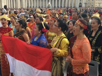 """Sekelompok orang menyanyikan lagu batak """"Alusi Au"""" Diluar negeri Vatikan"""