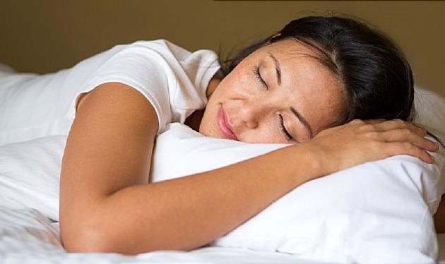 Mujer durmiendo después del trabajo