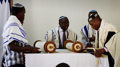 """El Abayudaya es una pequeña comunidad aislada de Judíos que viven cerca de la frontera con Kenia; aunque no forman parte de las tribus perdidas, el fundador del grupo 'descubrió la verdadera religión """"en el siglo 20, se convirtió y le siguieron muchos después de él."""
