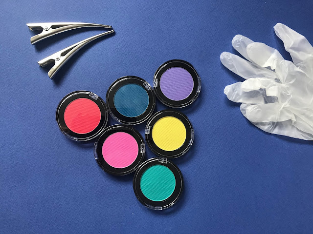 The 6 highlighter pressed powder pots, protective gloves and hairdresser clips in the FabLab hair highlighting kit