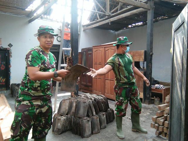 Satgas TMMD Reg 105 Dari Lanud Adi Sumarmo Turunkan Genteng Rumah Harjo Bersama Relawan MTA