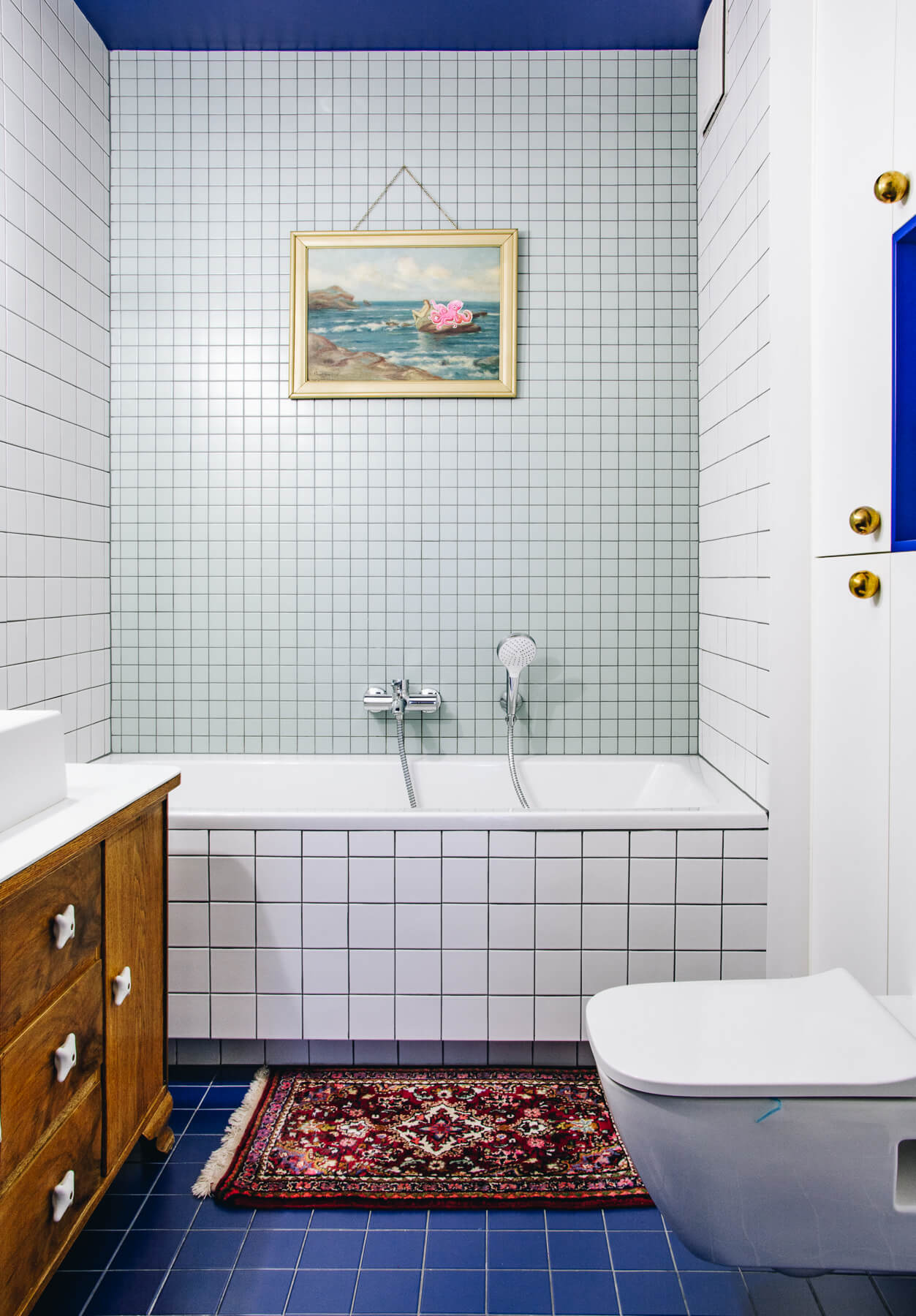 łazienka z ciemną podłogą