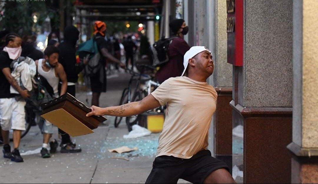 Viral , Foto Demonstran Bertato Peta Indonesia di Philadelphia !!!