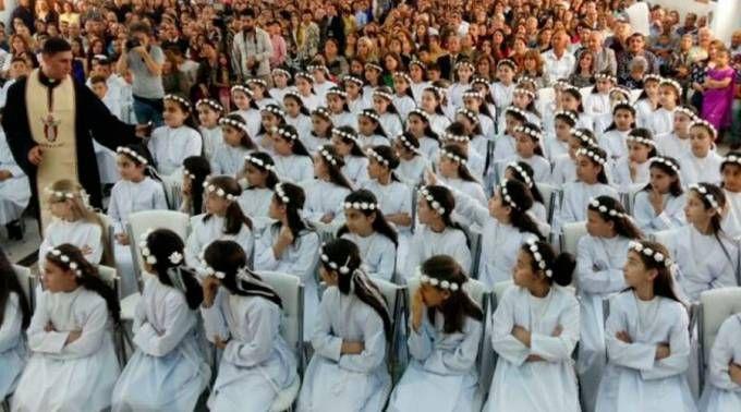 Crianças do campo de refugiados em Erbil (Iraque) na Missa de Primeira Comunhão. Foto cortesia Diácono Roni Momica