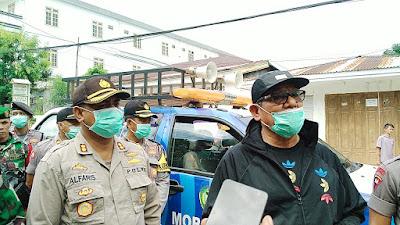Bupati Maluku Tenggara M.Thaher Hanubun bersama TNI-Polri saat menggelar penyemprotan Disinfektan