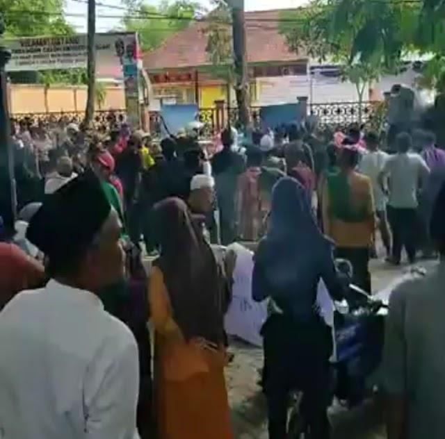 Simpatisan Lalu Saswadi, Balon Bupati Lombok Tengah, Kepung Kantor KPUD