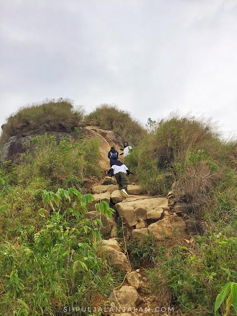 Tanjakan curam di Gunung Batu Jonggol