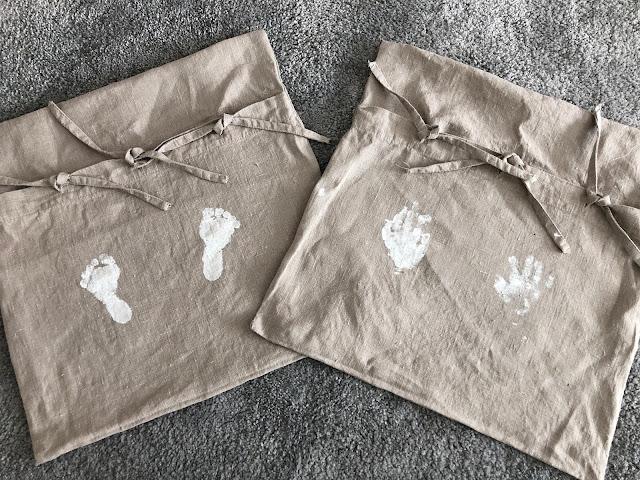 Noel 8 kk käden ja jalan jäljet äitienpäivälahjoiksi tehdyissä sisustustyynyliinoissa