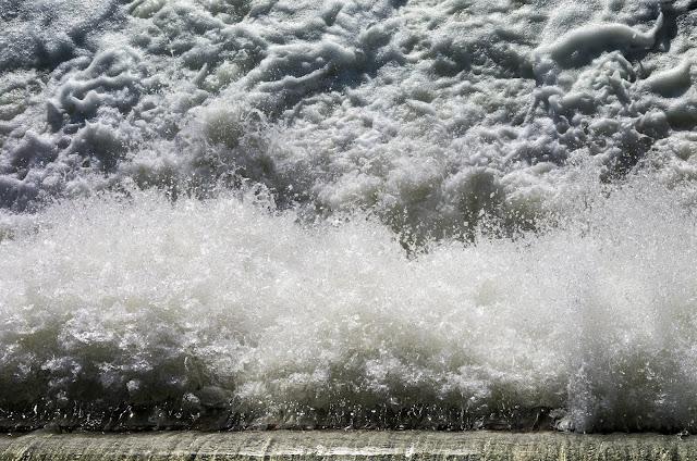 потік води на дамбі