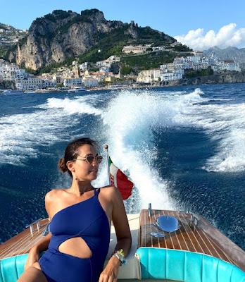 Caterina Balivo con costume blu sulla barca a motore