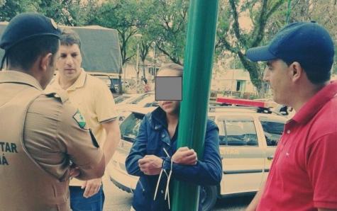Após furtar chocolates, mulher é amarrada em poste