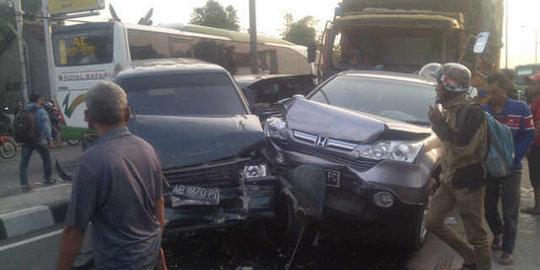 Rem Blong, Truk Bermuatan Kayu Hantam Tujuh Mobil