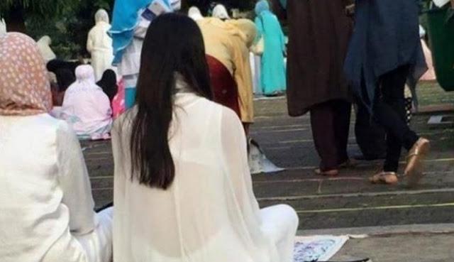 Seorang Gadis Sholat Idul Adha 1437 H Pamer 'Daleman' dengan Baju Transparan