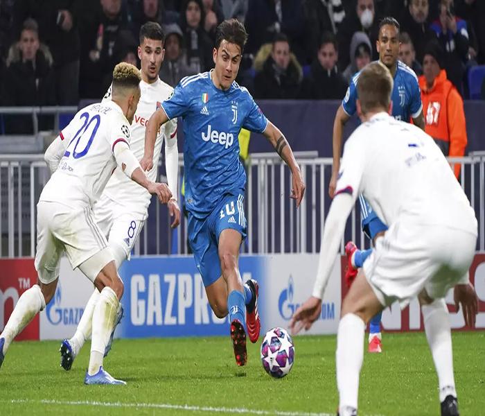 Striker Juventus, Paulo Dybala berusaha melewati pemain Lyon pada laga Liga Champions di stadion Parc Olympique Lyonnais, Lyon menang 1-0 atas Juventus.