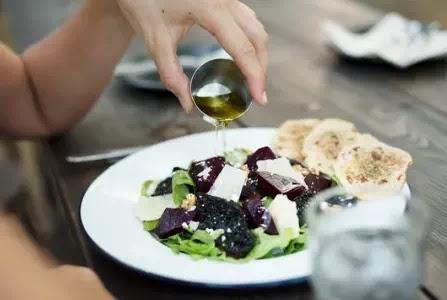 الكشف عن حقيقة زيت الزيتون في التغذية والصحة