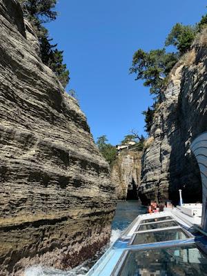 奇岩の間を進む堂ヶ島遊覧船