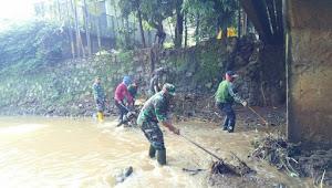 Sektor 22 Sub 10 Bersihkan Sungai Cipamokolan Antapani