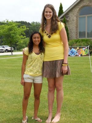una joven alta al lado de una joven bajita