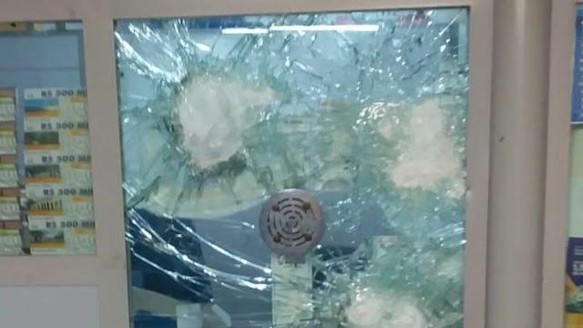 Dupla invade lotérica e usa marreta para quebrar cabine durante tentativa de assalto em Caucaia