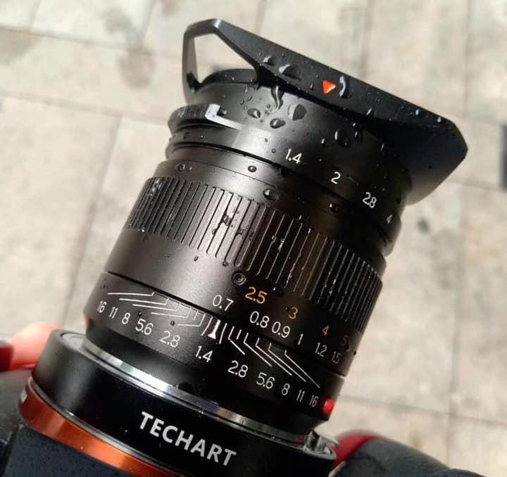 Объектив TTartisans 35mm f/1.4 установлен через адаптер Techart на камеру Sony