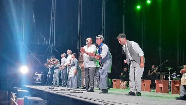 Huelva disfruta de un recital de carnaval de Tino Tovar con 'Clandestino'
