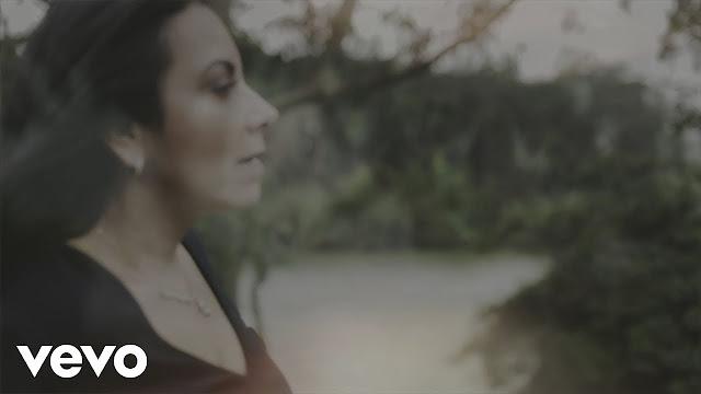 'Santo, Santo': ouça a nova música de Cristina Mel