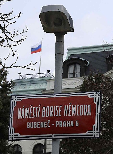 Praga renomeia praça diante da embaixada russa em lembrança de Boris Nemtsov, oposicionista oposto a Putin assassinado em Moscou quando ia denunciar que soldados russos morreram invadindo a Ucrânia