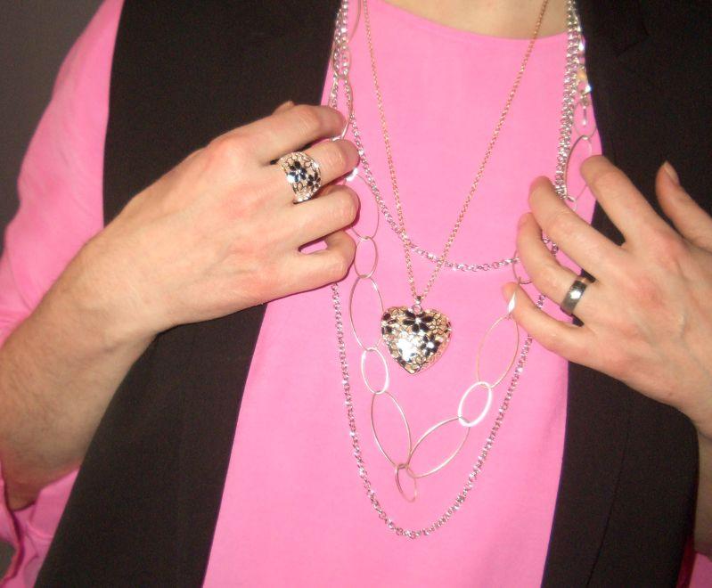 Pantones Sweet Lilac Tunika mit Statementärmeln und einer schwarzen Longweste kombiniert