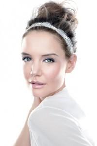 Frisurkünstler namens Katie Holmes ist in der Tat einfach, aber sieht wunderschön aus und strahlt Aura der Gesichtsschönheit aus. Dropped Haare alle erhoben, dann mit einem glänzenden Stirnband gesüßt. Diese Frisur zeigt das Make-up aus dem Gesicht der Braut.