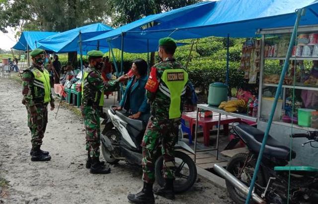 Edukasi Covid-19 Ditempat Wisata Kebun Teh, Personel Jajaran Kodim 0207/Simalungun Ingatkan Warga Pakai Masker