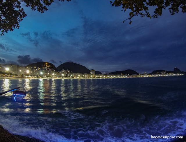 Copacabana à noite vista do Forte de Copacabana