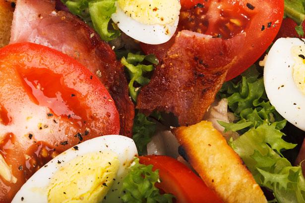 El aliño es la mezcla de especias y otros condimentos con el fin de realzar o potenciar el sabor de algún producto, como una ensalada, u otros platos fríos. Te sugerimos muchas combinaciones para darle a tus platos fríos un sabor muy especial. Mira estos 16 aliños y sobretodo, practícalos!! ALIÑOS EMULSIOMADOS Normalmente se emulsionan yemas y aceite, excepto cuando se sustituyen las yemas por ajo o mostaza. Alioli: 1 diente de ajo + 1 dl y 1/2 de aceite + sal. gravlax: 1 cucharada de mostaza + 1 dl y 1/2 de aceite + 1 cucharada de azúcar + 1 cucharada de eneldo picado. Mayonesa: 1 huevo + 1 dl y 80 ml de aceite + vinagre.  De anchoas: 1 vaso (de agua) de mayonesa + 1 lata pequeña de anchoas trituradas. Andaluza: 1 vaso (de agua) de mayonesa + 1 pimiento rojo picado. Mayonesa al curry: 1 vaso (de agua) de mayonesa + 1 cucharada de curry. Mayonesa roja: 1 vaso (de agua) de mayonesa + 1 cucharadita de pimentón dulce + 2 cucharadas de puré de tomate. Tártara: 1 vaso (de agua) de mayonesa + 1 cucharada de vinagre + 4 cebollitas en vinagre + 4 pepinillos + 2 cucharadas de alcaparras. Salsa verde: 1 vaso (de agua) de mayonesa + 1/2 vaso de puré de espinacas. ALIÑOS-VINAGRETAS Se realizan con una mezcla de vinagre o limón y aceite. Se pueden ligar con nata y aromatizar con distintos ingredientes. Clásica: 3 cucharadas de aceite + 1 cucharada de vinagre + sal + pimienta. De ajo: 3 cucharadas de aceite + 1 cucharada de vinagre + 1 diente de ajo picado + sal + pimienta. De anchoas: 3 cucharadas de aceite + 1 cucharada de vinagre + 2 filetes de anchoas picados + sal + pimienta. A la crema: 1/2 vaso (de agua) de nata + el zumo de 1 limón + sal + pimienta. A las hierbas: 3 cucharadas de aceite + 1 cucharada  de vinagre + 2 cucharadas de hierbas picadas + sal. A la mostaza: 3 cucharadas de aceite + 1 cucharada de mostaza + sal + pimienta. Al pimentón: 3 cucharadas de aceite + 1 cucharada De vinagre + sal + 1 cucharadita de pimentón. Con estos 16 aliños podremos potenciar el sabor