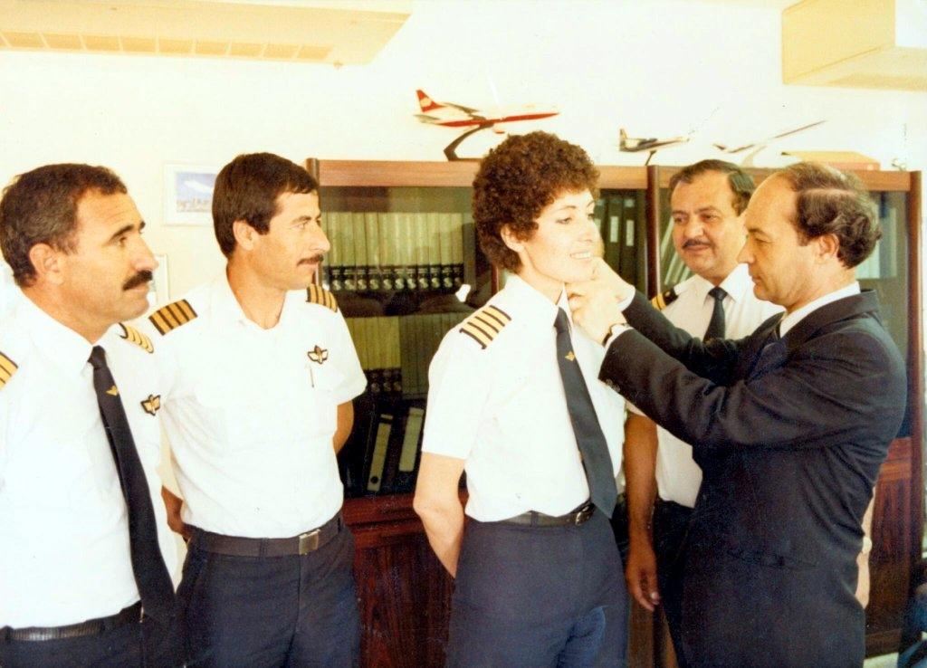 في العام 1985م تعيين كابتن تغريد العكشه كأول أمراة عربية تقود طائرة.