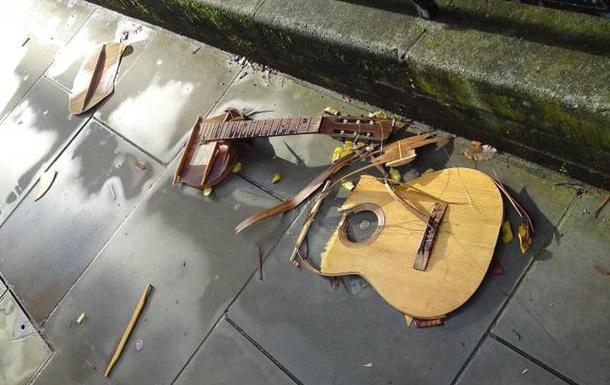 У Львові вуличний музикант поплатився за російські пісні