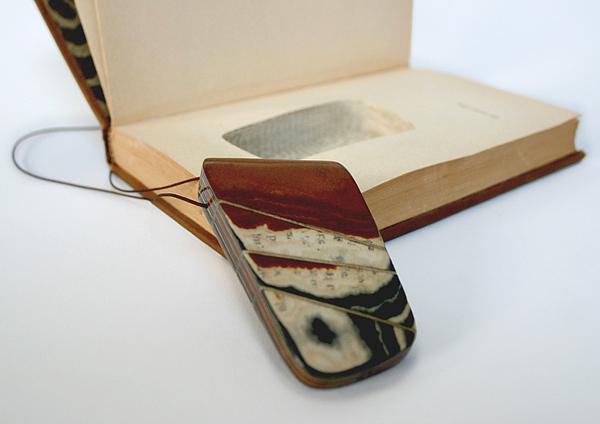 Collar hecho con hojas de libro reciclado