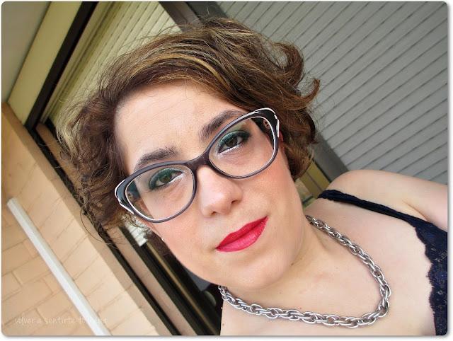Maquillaje con ojos luminosos y labios rojos