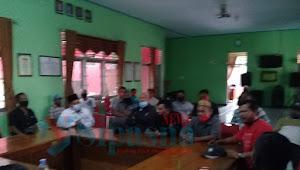 Puluhan Warga Desa Jagapura kidul Geruduk kantor Kecamatan