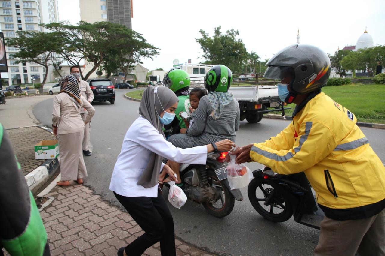 Ramadan, BP Batam Berbagi Takjil Untuk Berbuka Puasa Kepada Masyarakat