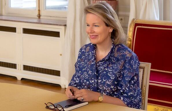 Queen Mathilde contacted with residents of the 1Toit2Ages non-profit housing project via video call