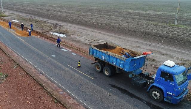 Cansado de esperar, dono de fazenda manda recuperar estrada esburacada no Piauí