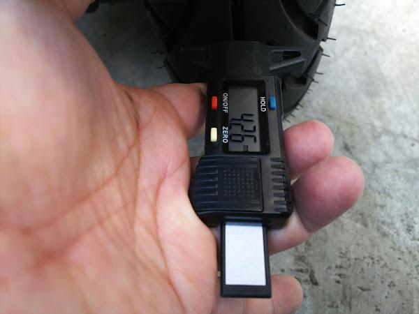 モノタロウ Miniデジタルデプスゲージ アドレスV125Gのリヤタイヤで残溝チェック