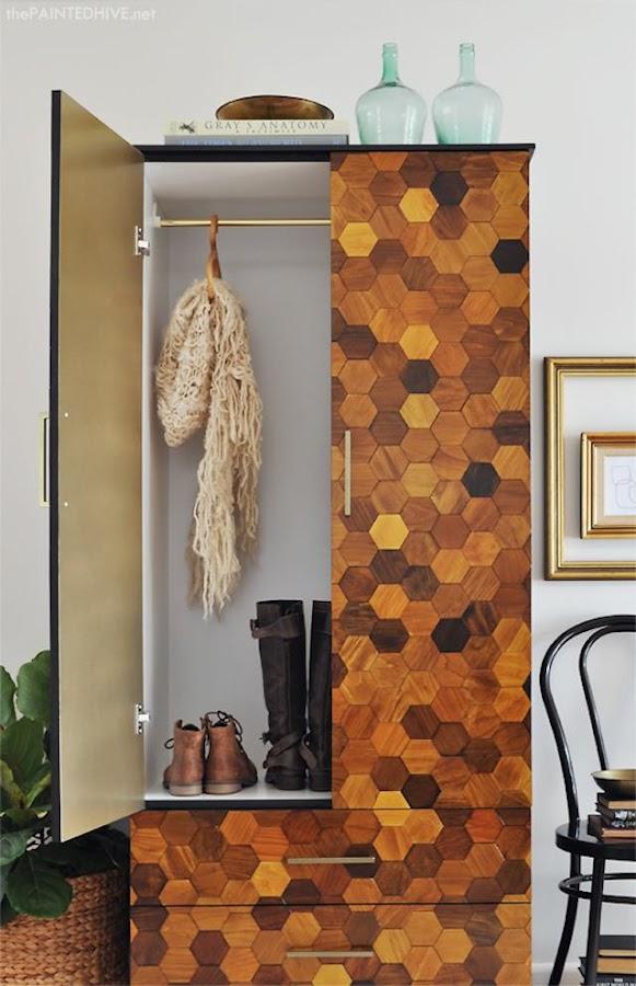 Armario personalizado con figuras de madera hexagonales y pintura dorada