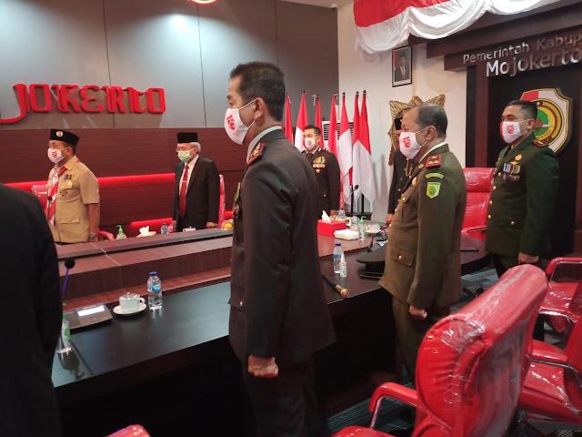 Mojokerto, - Dandim 0815/Mojokerto Letkol Inf Dwi Mawan Sutanto, SH., menghadiri Upacara Peringatan Ke-75 Detik Detik Proklamasi Kemerdekaan RI di Ruang Comand Center Kantor Pemkab Mojokerto Jalan A.  Yani Nomor 16 Kota Mojokerto, Jawa Timur, Senin (17/08/2020).  Upacara Peringatan Ke-75 Detik Detik Proklamasi Kemerdekaan RI yang diselenggarakan di Istana Merdeka Jakarta, dilakukan secara virtual.  Hadir dalam kegiatan tersebut antara lain, Bupati Mojokerto,  H. Pungkasiadi, SH.,  Kapolres Mojokerto AKBP Dony Alexander, S.IK., MH., Kapolres Mojokerto Kota diwakili Kompol Hanis  Subiyono,  S.Pd., MH., Kajari Kabupaten  Mojokerto, M. Hari Wahyudi, SH., MH.,  Ketua DPRD Kabupaten Mojokerto,  Hj. Ayni Zuroh, SE., MM., Sekdakab Mojokerto Ir. Herry Suwito, MM., Perwakilan Asisten Sekda dan Ka OPD Kabupaten Mojokerto. (Jayak)