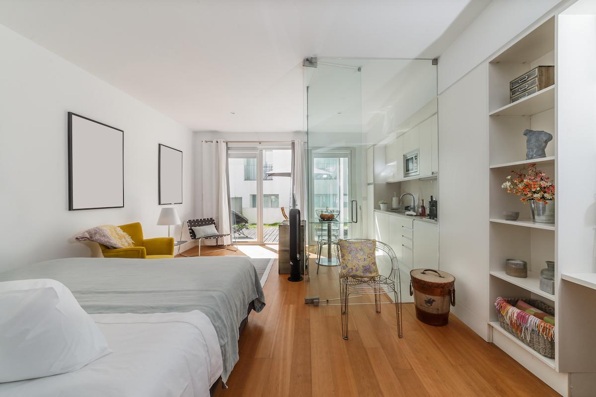 Apartamento diáfano con dormitorio y salón pintados de blanco