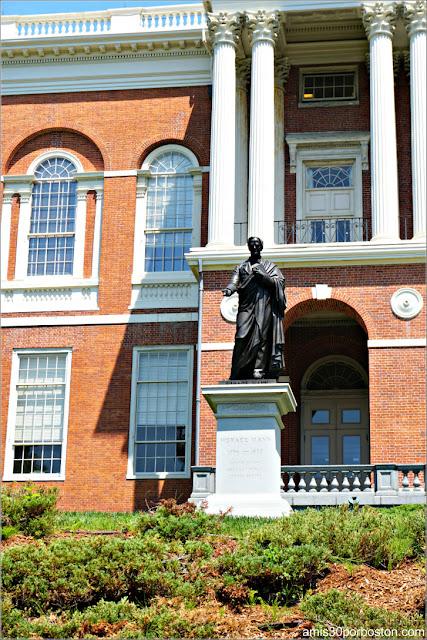 Escultura de Horace Mann en el Massachusetts State House