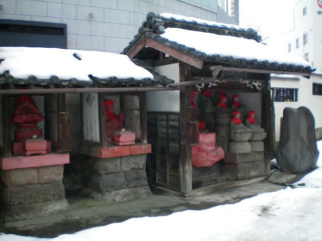 Budas en el camino al templo Zenko-ji en Nagano