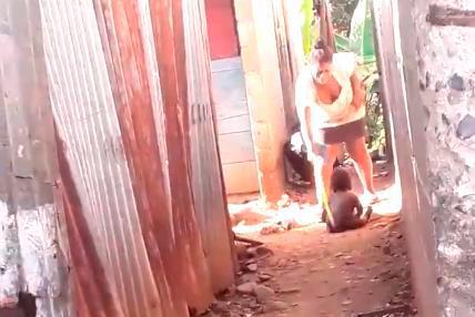Detienen mujer que fue grabada mientras golpeaba con un palo a su hijo de dos años